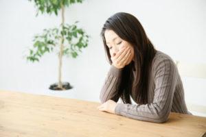 胸焼けと吐き気の症状が現れたら・・・考えられる原因や病気について